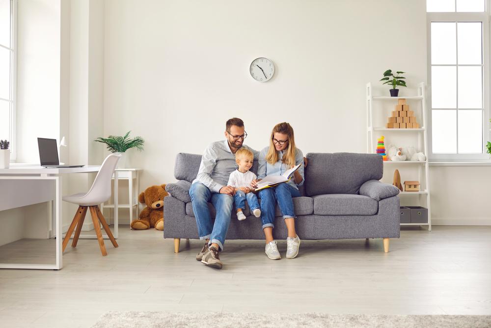 obývacia izba so sivou sedačkou