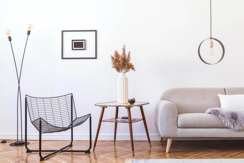 obývacia izba so sivou sedačkou a stolíkom