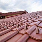 Červená strešná krytina detail pohľad na strechu