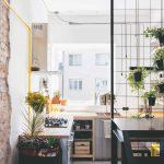 Malá kuchyňa v garsónke s kvetinovým stojanom