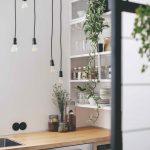 Biela polica v kuchyni visiace žiarovky ako svietidlá