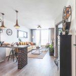Kuchyňa v industriálnom štýle v otvorenom priestore s obývačkou