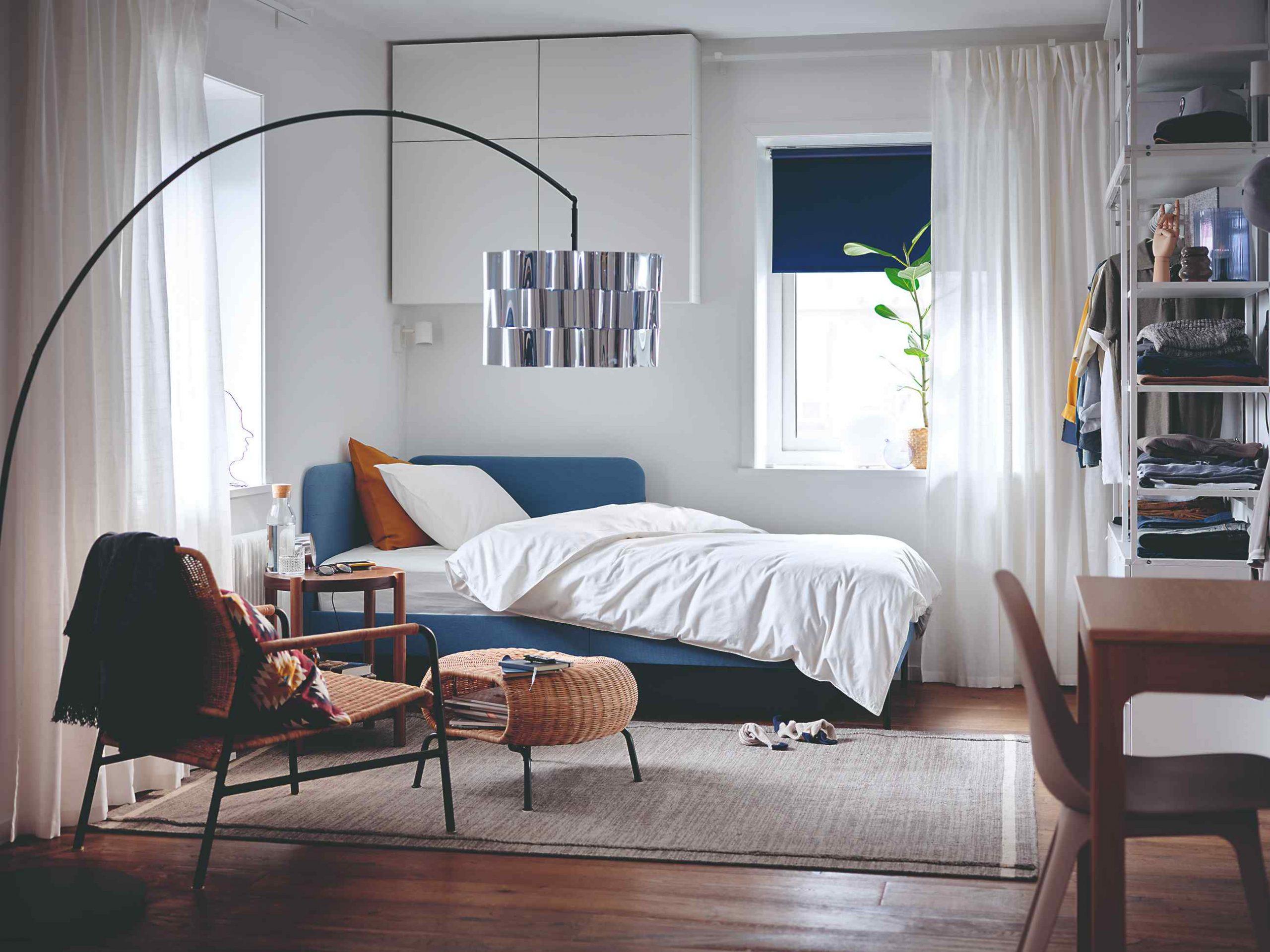 Rozkladacia pohovka v izbe s dizajnovým svietidlom