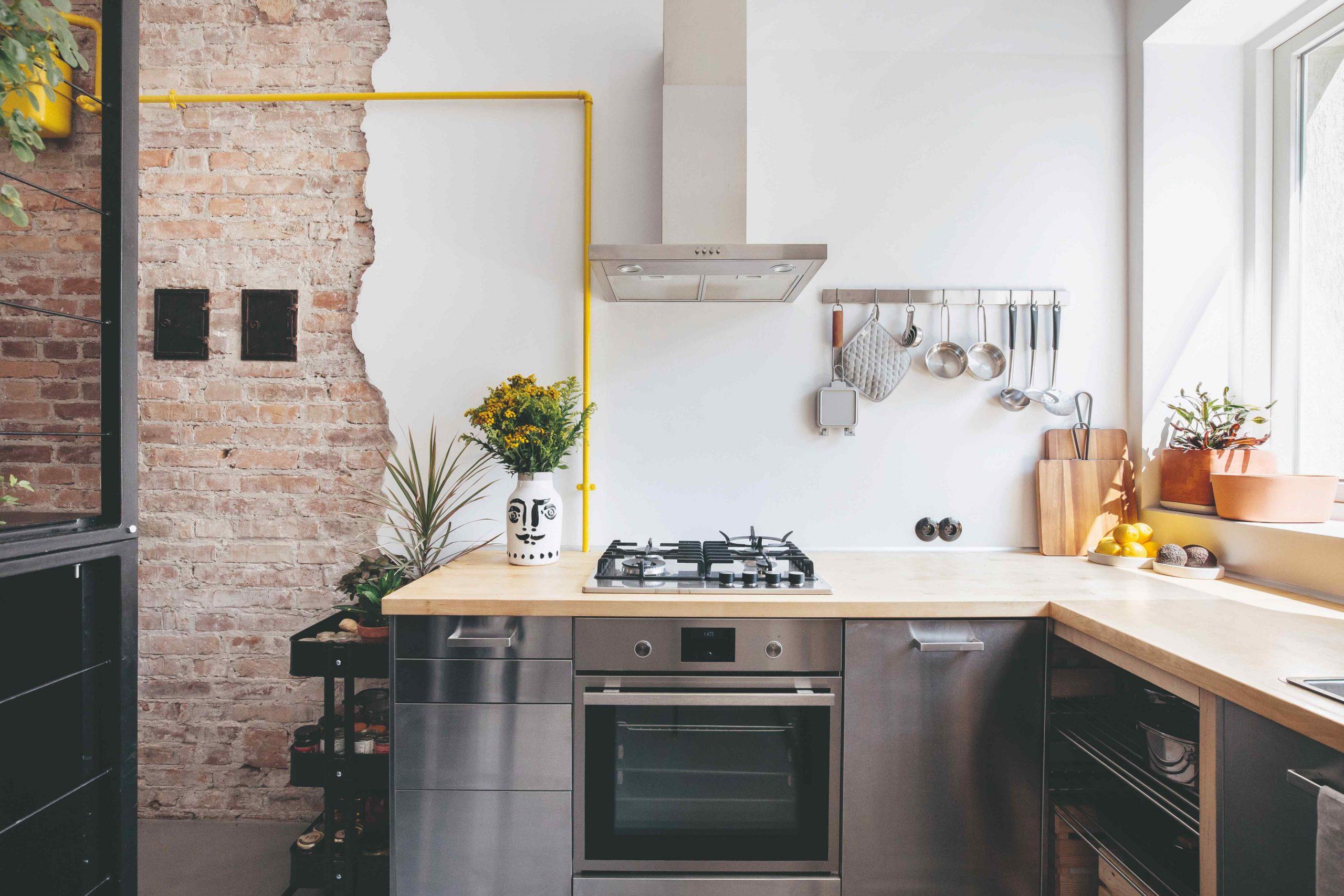 Malá kuchyňa v garzónke s kvetinovým stojanom