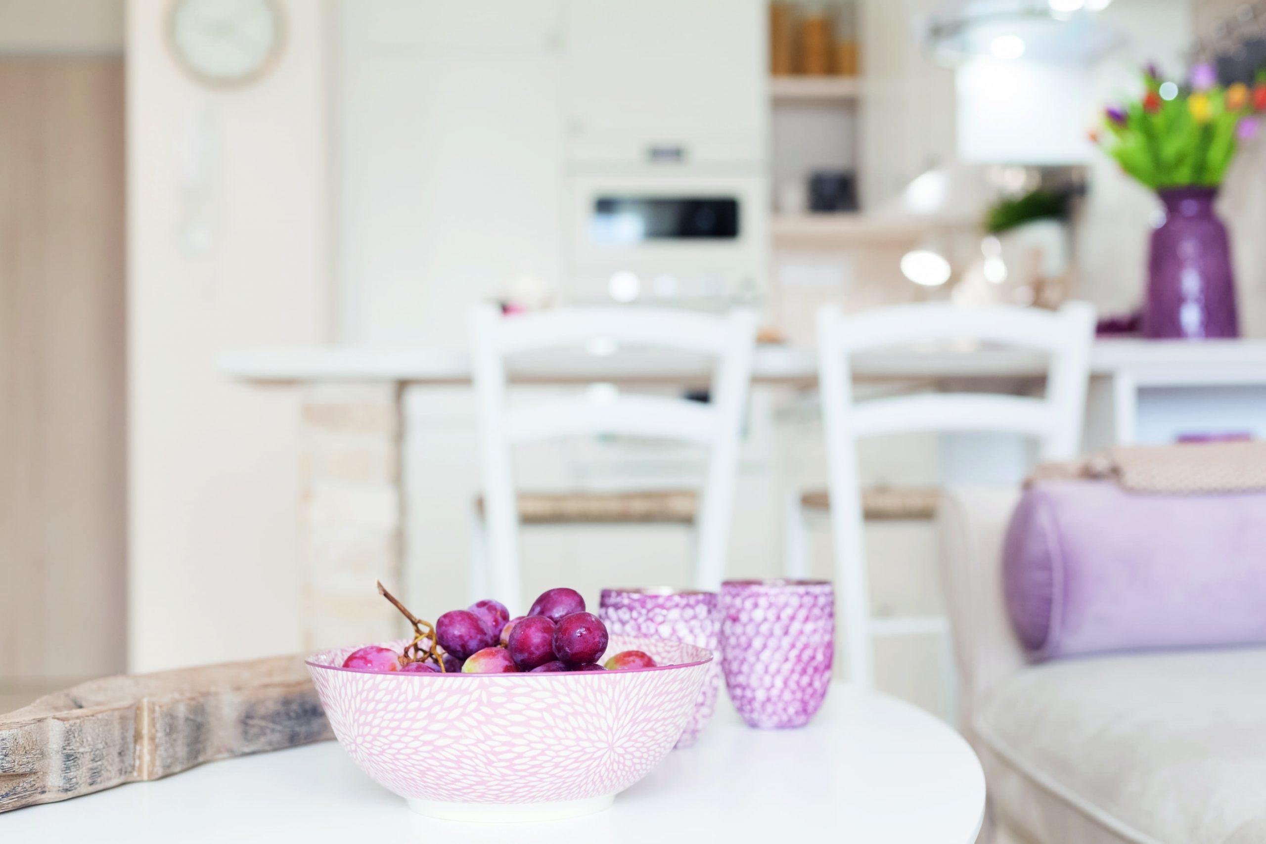 Ružová miska s hroznom na stolíku v obývačke