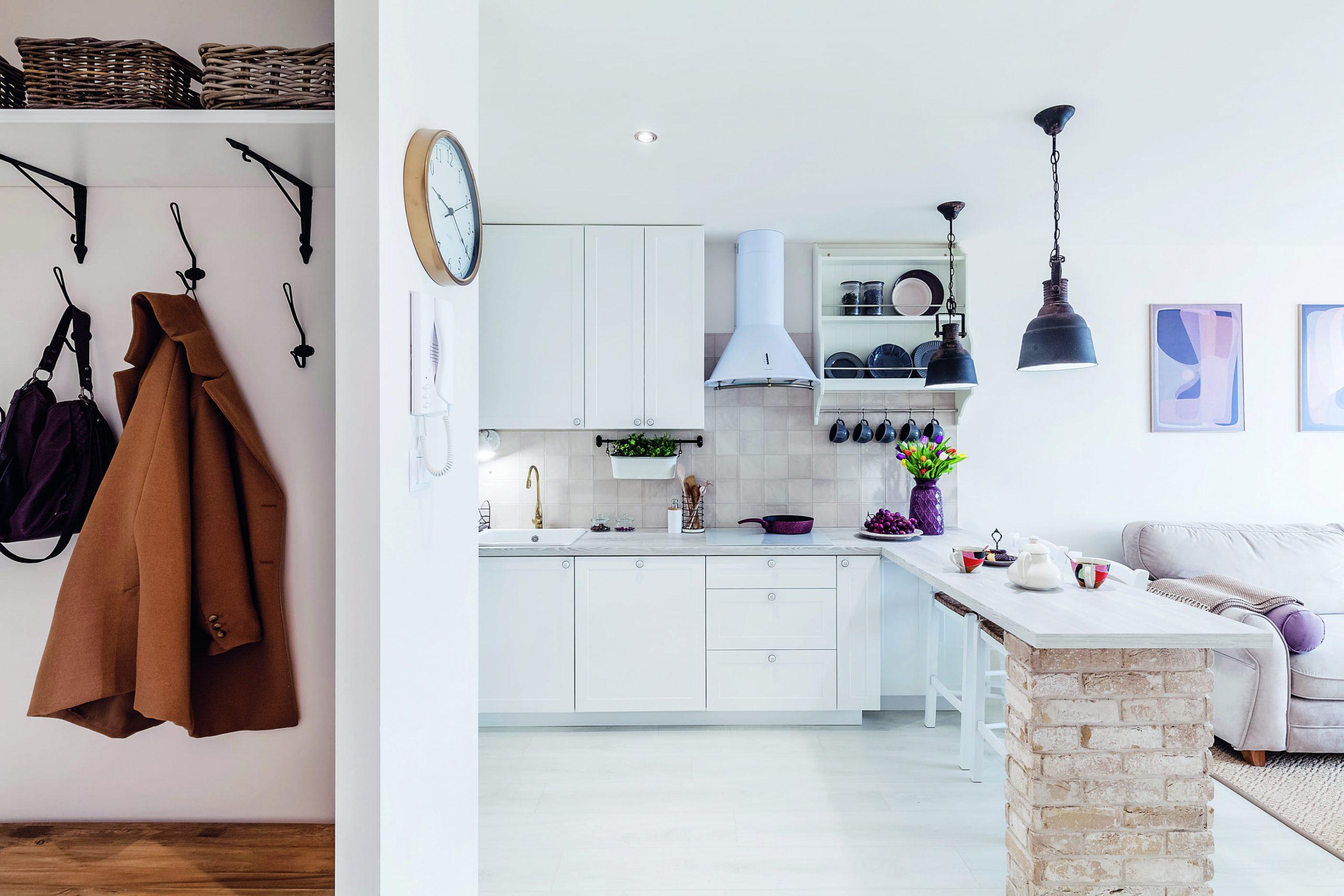 Predsieň so vstupom do bielej kuchyne