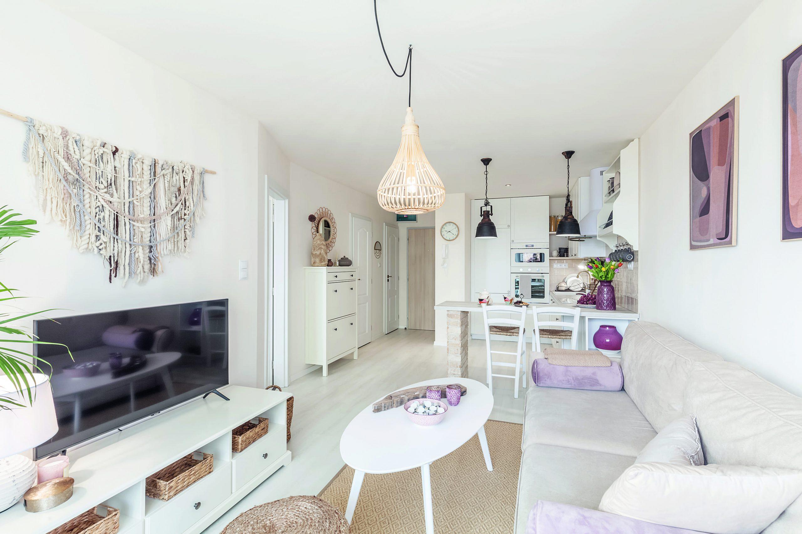 Biela obývačka s kuchynkou v menšom byte