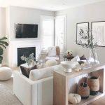 Biela obývačka s úložným priestorom za gaučom