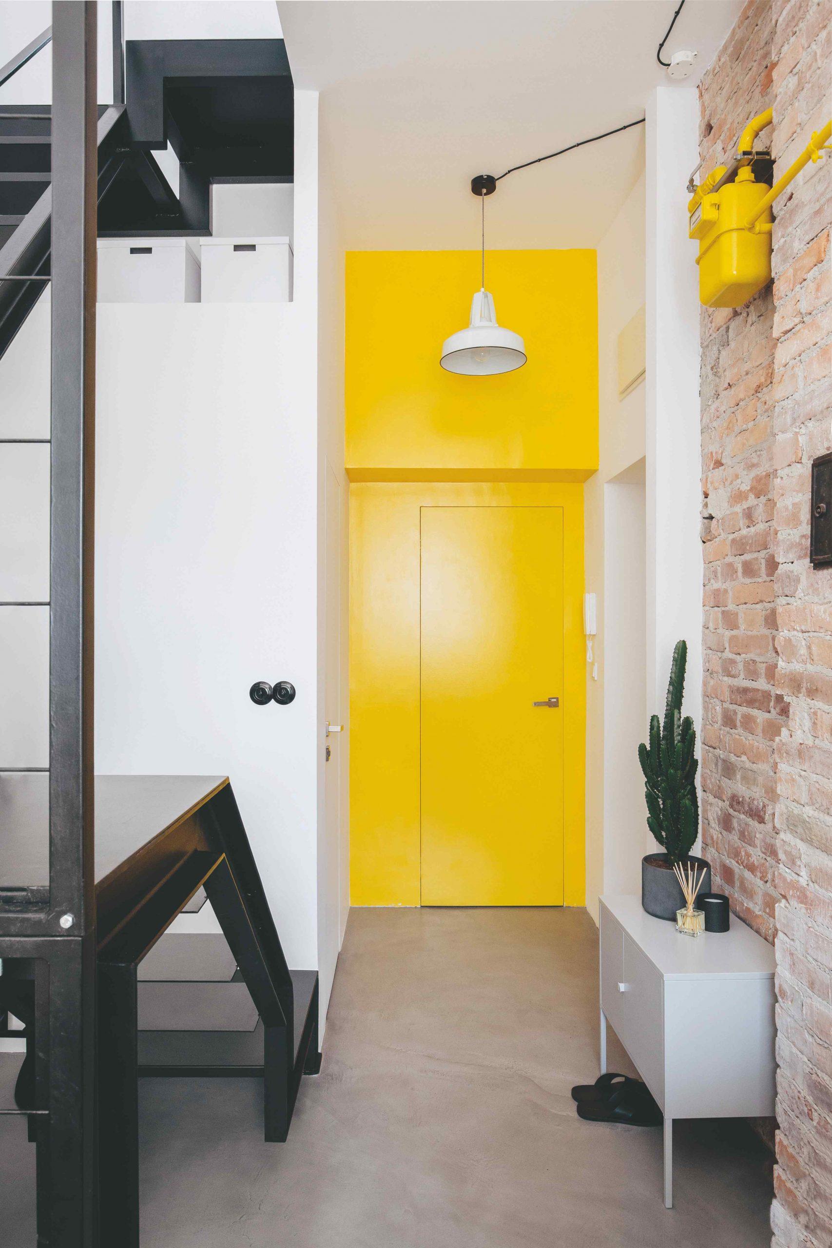 Žlté dvere a stena v byte