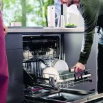 Muž otvára umývačku riadu Electrolux