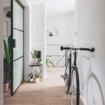 Chodba v podkroví s bicyklom