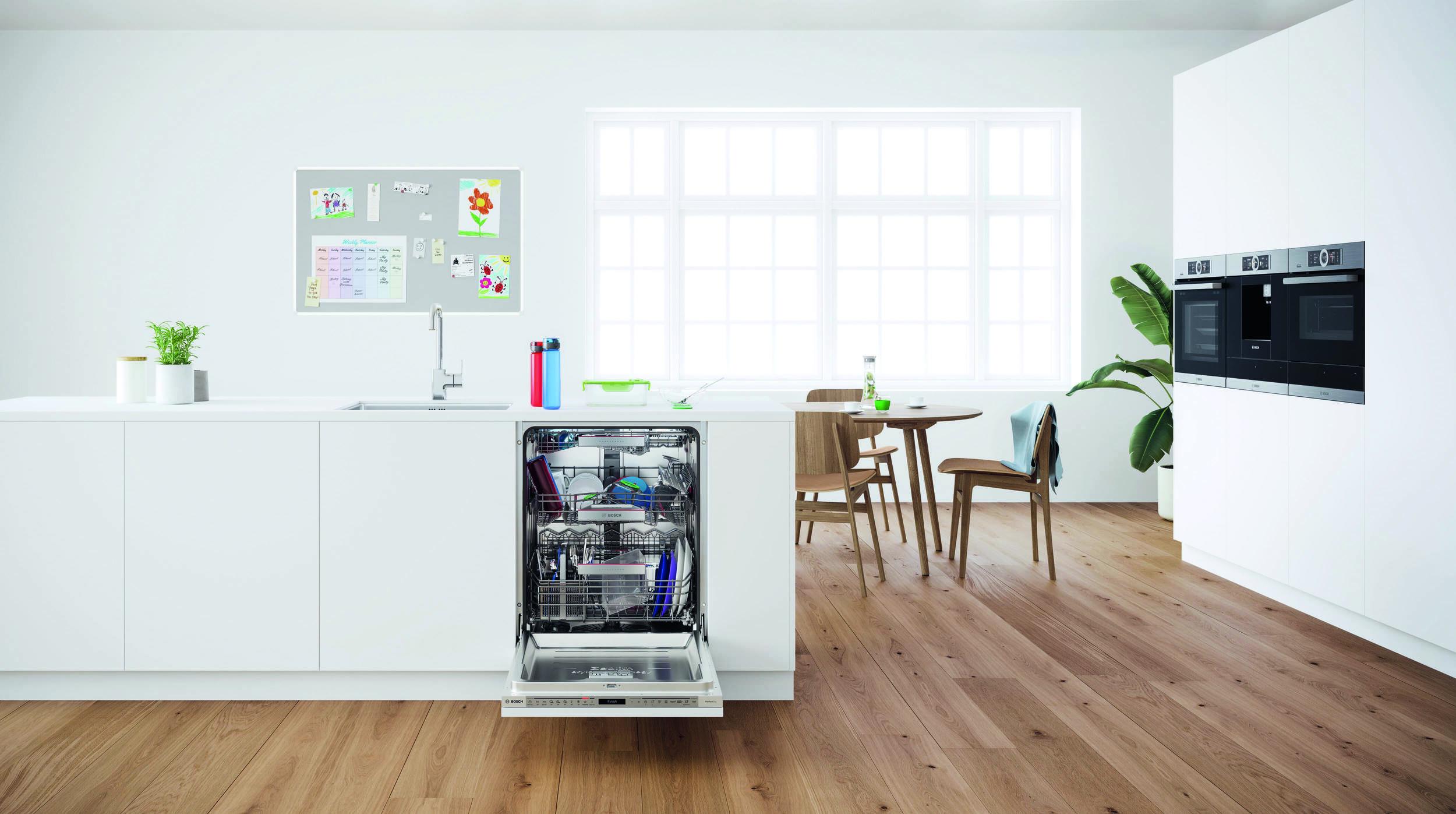 Otvorená umývačka Bosch v bielej kuchyni
