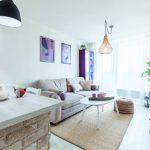Biela obývačka s barovým pultíkom a kuchyňou