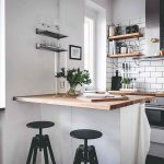 Malá kuchyňa s barovým pultom a stoličkami