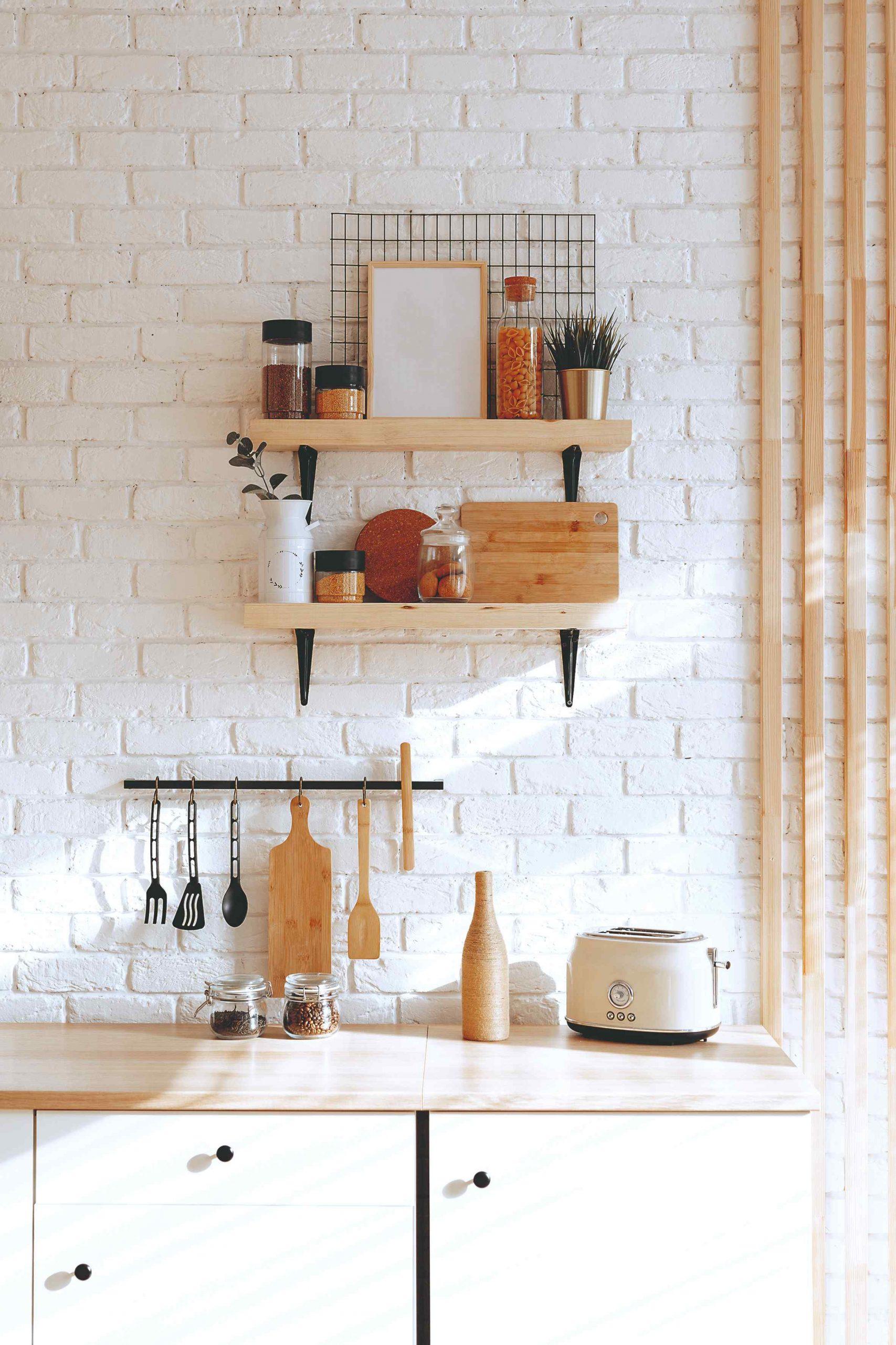 Kuchynská polička so závesným systémom