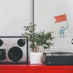 Červená kovová skrinka s gramofónom