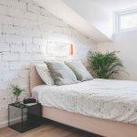 Spálňa s murovanou stenou v podkroví