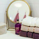 Tri farebné uteráčiky pred zrkadlom v kúpeľni