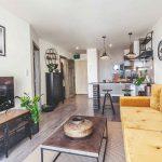 Obývačka s kuchyňou s kovom v prírodných farbách