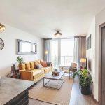 Obývačka v prírodných farbách s horčicovou pohovkou