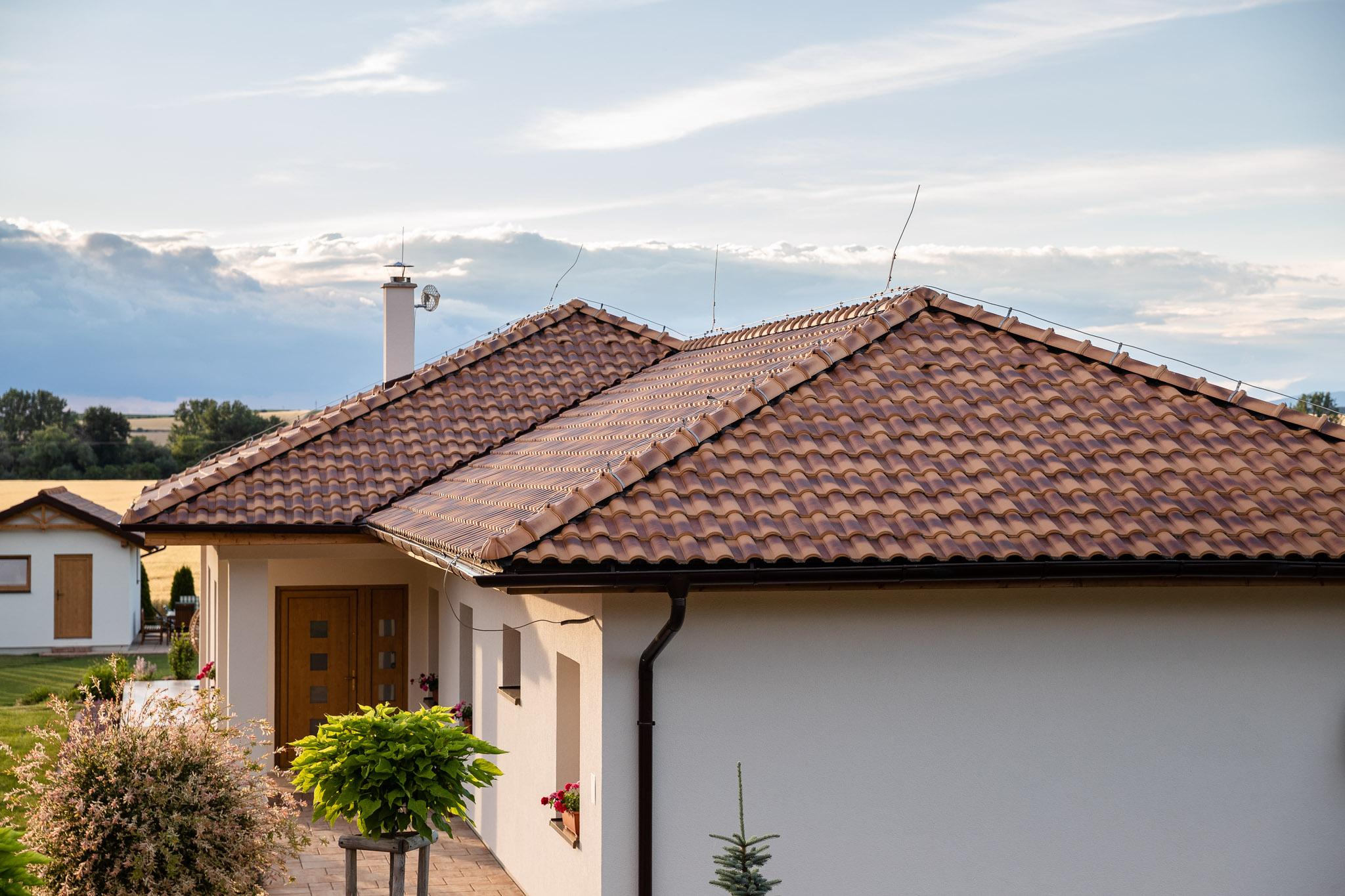 klasický domček so šikmou strechou s pálenou škridlou