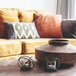 Dekorácia váza a sviečky na stole v prírodne obývačke