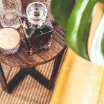 Drevený stolík s whisky a pohármi