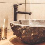 Prírodné kamenné umývadlo v kúpeľni