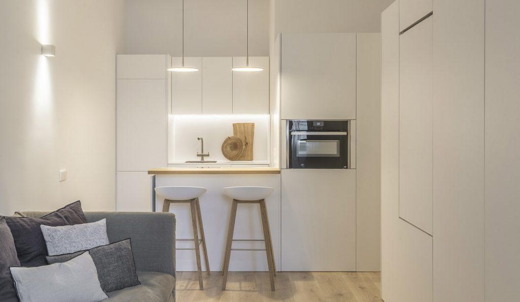 Premena malého bytu odhalila pôvodné nedokonalosti a rušivé prvky skryla