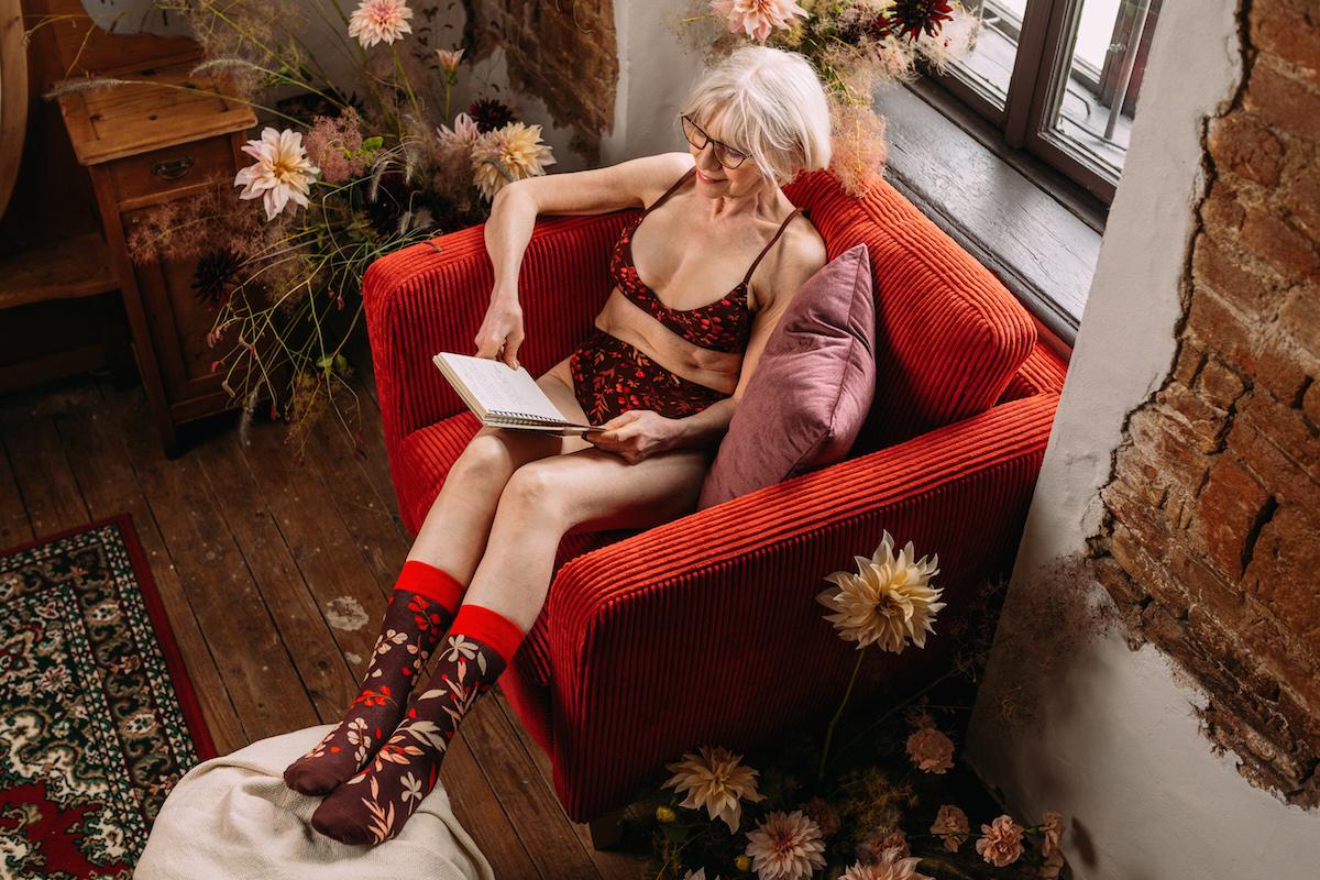 Žena v kresle v spodnej bielizni