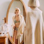 žena v spodnej bielizni pred zrkadlom