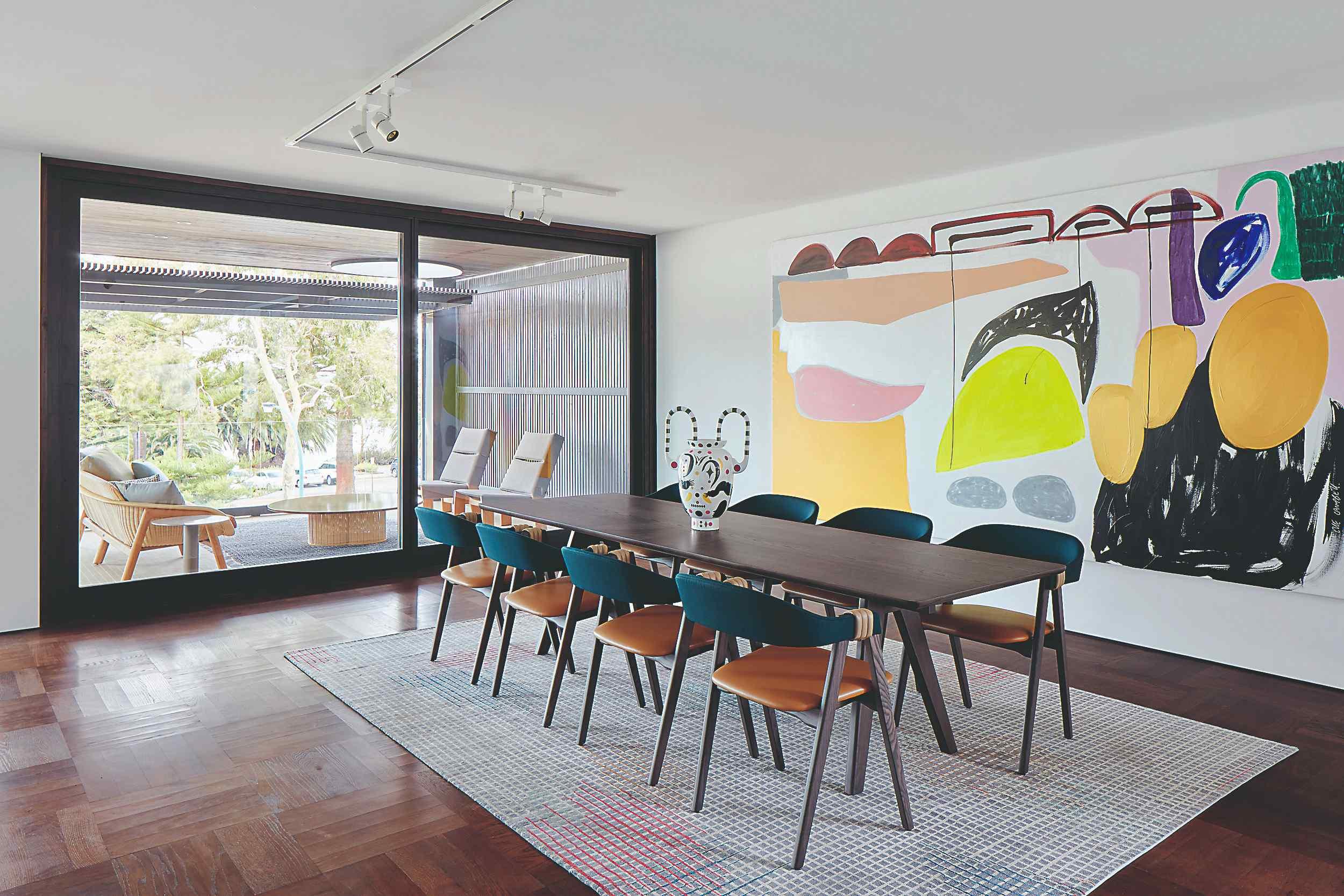 Štýlová jedáleň s obrazom a východom na terasu