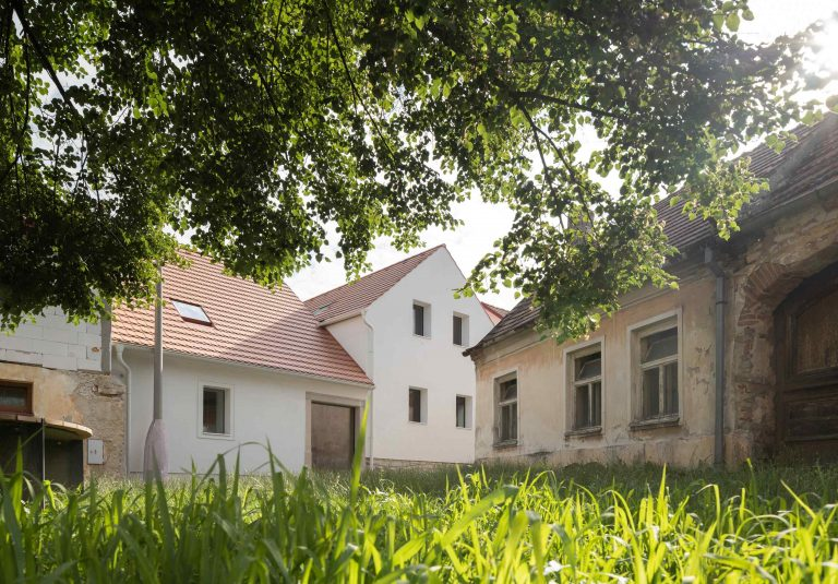 Zrekonštruovaný dom s neopakovateľnou atmosférou ako alternatíva k nevkusným vilám, ktoré ukrajujú z prírody