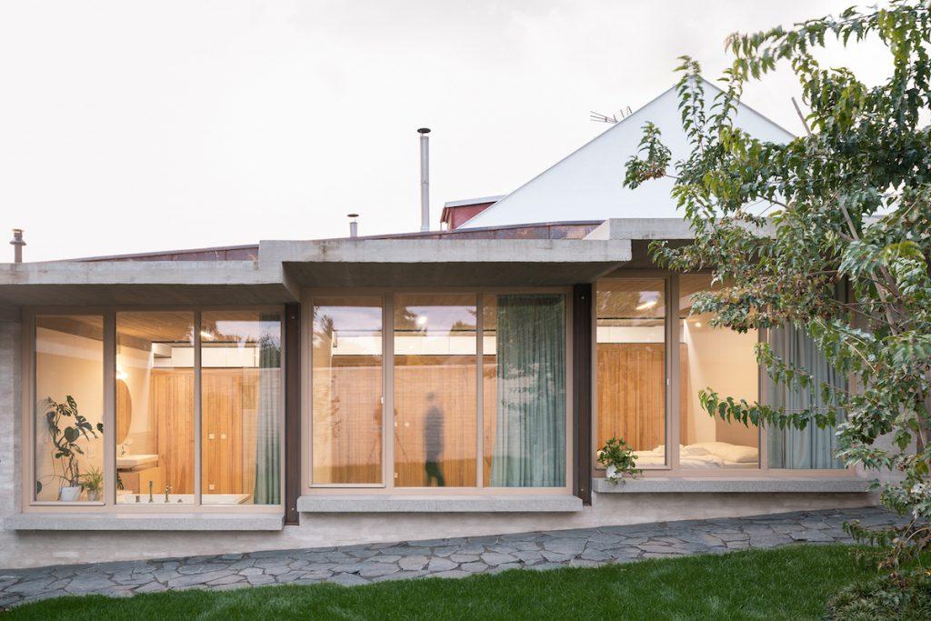 Dom s átriom pomaly zrastá so záhradou a mení sa na krásnu obytnú krajinu
