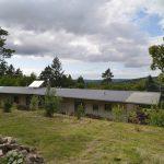 Sivý jednopodlažný rodinný dom s veľkými oknami
