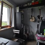 Sivá pracovňa s gitarami