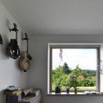 Gitary na stene v miestnosti s veľkým oknom