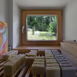 Miestnosť s roštom plným vyrobených sviečok