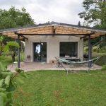Sivý jednopodlažný rodinný dom s terasou
