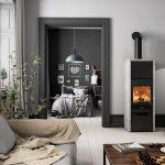Kachlová pec na drevo v modernej obývačke