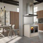 Kuchynský sporák na drevo v modernej veľkej kuchyni s jedálňou