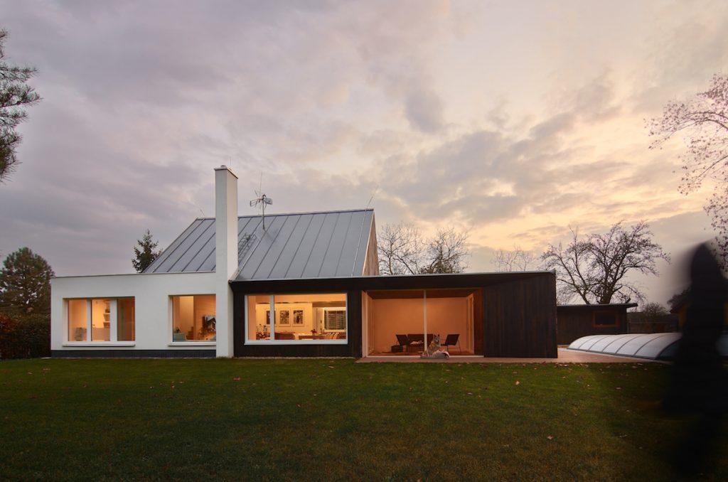 Rodinný dom pri lese vyniká udržateľnosťou, logikou i geniom loci
