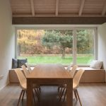 Jedáleň v dome s výhľadom do lesa