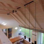 Veľký spoločenský priestor s konštrukciou krovu