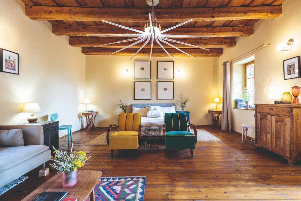 Pôvabný interiér v pavlačovom dome zo 17. storočia odzrkadľuje lásku majiteľky k Banskej Štiavnici