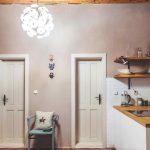 Chodba s kuchyňou a dizajnovým lustrom Pampeliška