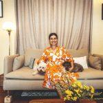 Majiteľka apartmánu v Štiavnici sediaca na gauči so psíkmi