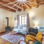 Obývačka v retro štýle s výrazným hviezdicovým lustrom