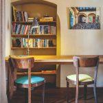 Výklenok ako knižnica a starožitné stoličky