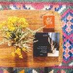 Knihy na stolíku na farebnom koberci